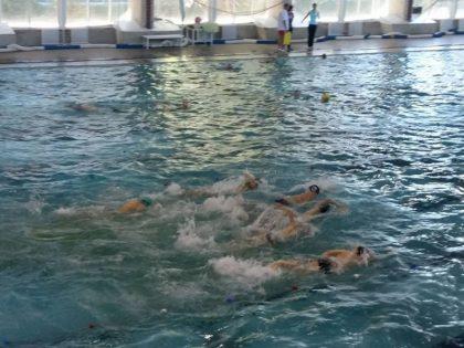 """Bazinul """"Delfinul"""" găzduieşte Cupa Aradului la înot. Participă sportivi din ţară şi din Ungaria"""
