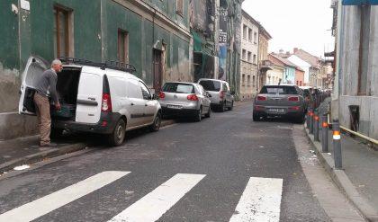 Stradă BLOCATĂ de maşini parcate anapoda. Se întâmplă aproape zilnic…
