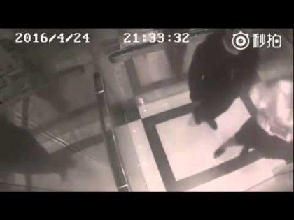 Un bărbat a intrat după o femeie în lift, a vrut să o DEZBRACE și să o VIOLEZE! Ce a urmat depășește orice imaginație (VIDEO)