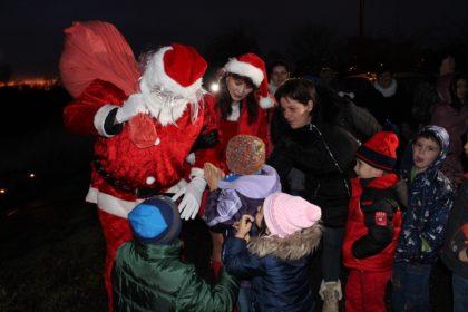 Moș Crăciun a sosit cu barca pe Mureș pentru copiii din centrele de plasament ale DGASPC Arad (FOTO)