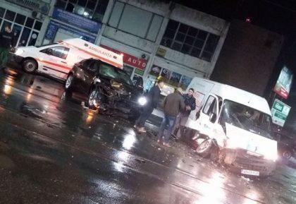 ACCIDENT în Arad: Un X6 şi un microbuz, făcute PRAF! Circulaţia tramvaielor, BLOCATĂ