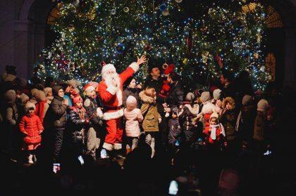 Andreea Bălan i-a încântat pe arădeni, iar Moș Nicolae le-a dat cadouri celor mici în fața Primăriei cu ocazia aprinderii luminițelor din Pomul de Crăciun (FOTO)