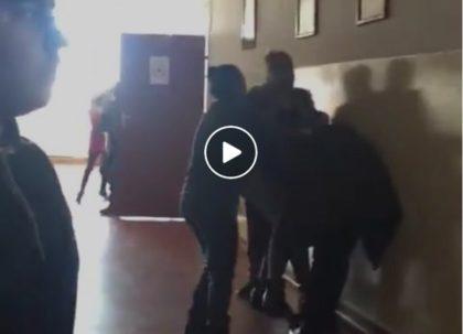 VIDEO/ Elev BĂTUT cu BESTIALITATE pe holul şcolii (IMAGINI ŞOCANTE!)