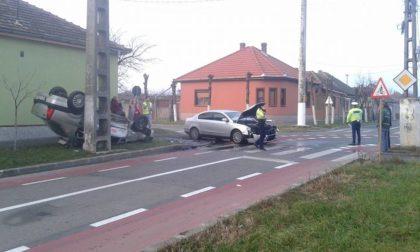 ACCIDENT cu Logan RĂSTURNAT în municipiul Arad (FOTO)