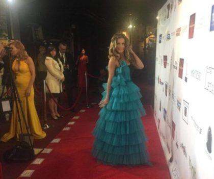 O rochie a designer-ului arădean FELBA, îmbrăcată ieri de o VEDETĂ TV pe COVORUL ROȘU, cu ocazia Premiilor OSCAR (GALERIE FOTO + VIDEO)