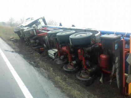 ACCIDENT pe DN7, la Hanul de la Răscruce. Cisternă RĂSTURNATĂ în şanţ (GALERIE FOTO)