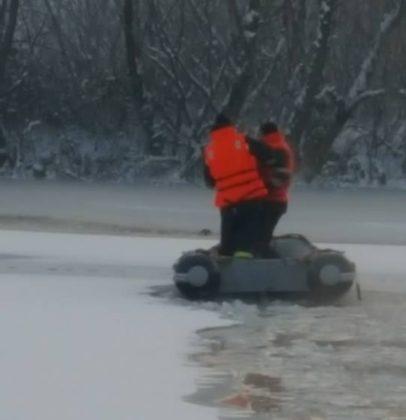 Orice VIAȚĂ contează: CÂINE salvat de POMPIERI dintre sloiurile de gheață ale Bălții Ghilin