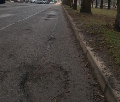 Drumurile din Arad sunt CA DUPĂ BOMBARDAMENT! Primăria cheltuieşte ZECI DE MILIOANE de lei pe lucrări de PROASTĂ CALITATE (FOTO)