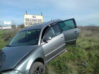 Accident pe CENTURĂ. O mașină a ZBURAT în șanț (VIDEO)