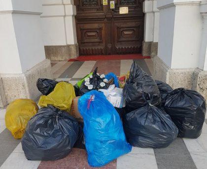 Saci cu gunoi în faţa Primăriei, în semn de protest faţă de situaţia din oraş (FOTO)