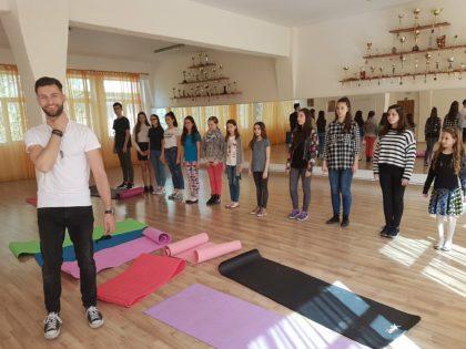 """Cursanții Școlii de Modeling Angels au învățat despre """"Limbajul corpului și îmbunătățirea posturii trupului"""", seminar susținut de Alexandru Urdaș (GALERIE FOTO)"""
