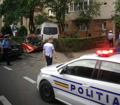 ACCIDENT GRAV în VLAICU! Un autoturism a fost făcut PRAF