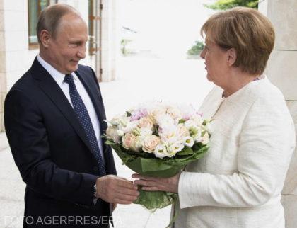 Merkel în vizită la Putin – trandafiri albi, însă cu spini