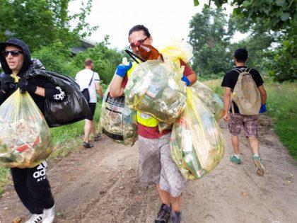 Adulți, copii și… căței! Cu toții au participat la o acțiune de ecologizare, pe malul Mureșului. Ce cantitate de deșeuri a fost strânsă (FOTO+VIDEO)