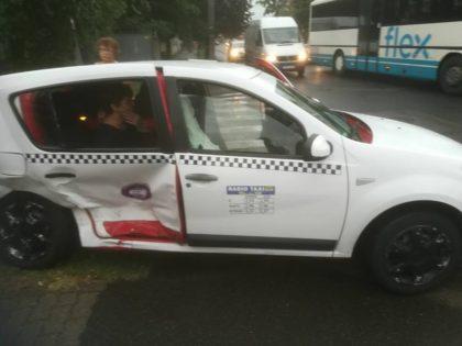 Șase POMPIERI arădeni aflați la o TERASĂ din Timișoara au INTERVENIT la un ACCIDENT produs chiar în fața lor (FOTO)