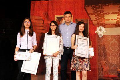 """Elevele de zece la Evaluarea Naţională au primit diploma """"Arădeni cu care ne mândrim"""""""