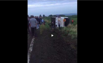 ACCIDENT/ Un autocar s-a RĂSTURNAT pe o şosea din România! 16 COPII, transportaţi la SPITAL (VIDEO)