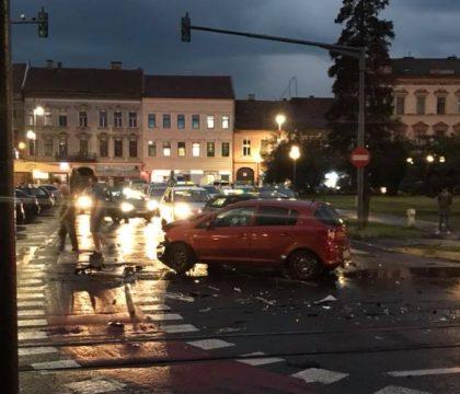 IMPACT VIOLENT între două mașini, în apropiere de terase! Circulația a fost BLOCATĂ
