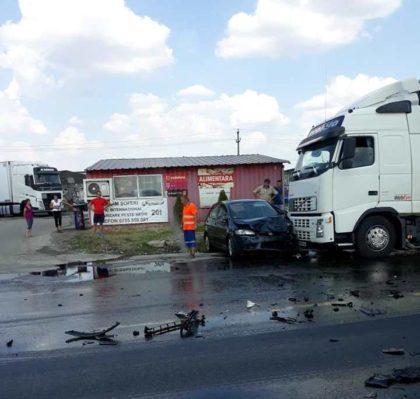 Accident GRAV pe DN7: COLIZIUNE între un CAMION și un AUTOTURISM. Pericol de INCENDIU (FOTO)