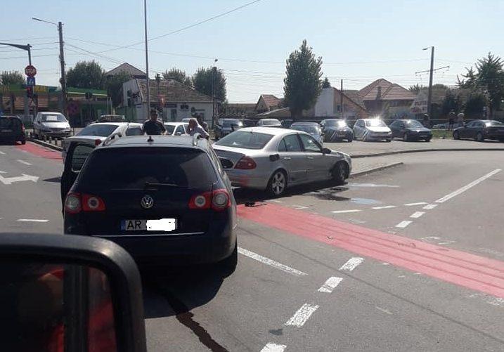 Două autoturisme s-au CIOCNIT chiar lângă CIMITIR