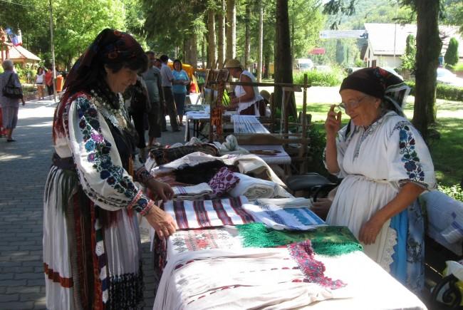 Meşteri populari din România, Serbia și Ungaria, la târgul tradiţional de la Moneasa