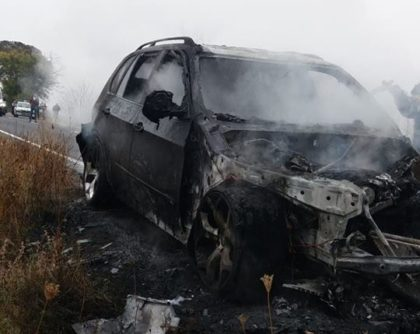 Un BMW a ars ca o torţă pe drumul Arad – Oradea. Circulaţia rutieră, BLOCATĂ (FOTO)