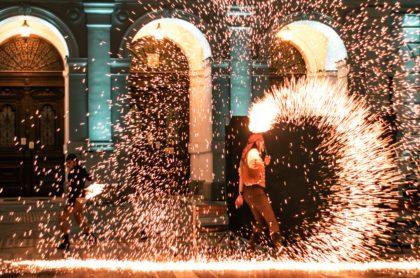 Spectacol de teatru și coregrafie de foc pe muzică live, pe platoul din fața Primăriei
