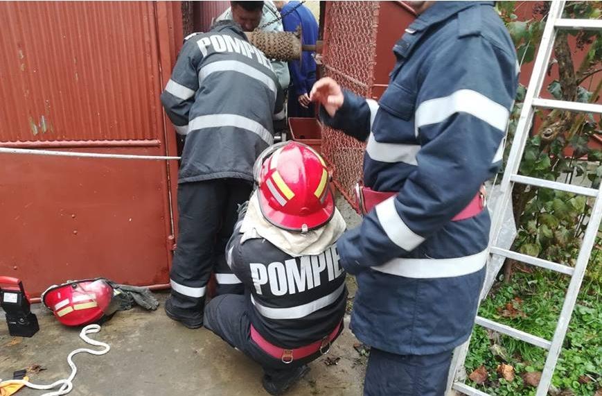 Misiune NEOBIŞNUITĂ a pompierilor sebişeni. Ce au reuşit să SALVEZE dintr-o fântână (FOTO)