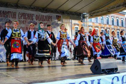 Eveniment mult așteptat de comunitatea sârbă din Arad! Spectacol susținut de artiști din Zrenjanin, la un colegiu arădean