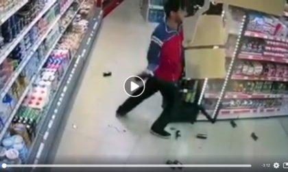 Scene de VIOLENŢĂ într-un magazin din Arad. Cum a reacţionat HOŢUL prins asupra faptei (VIDEO)