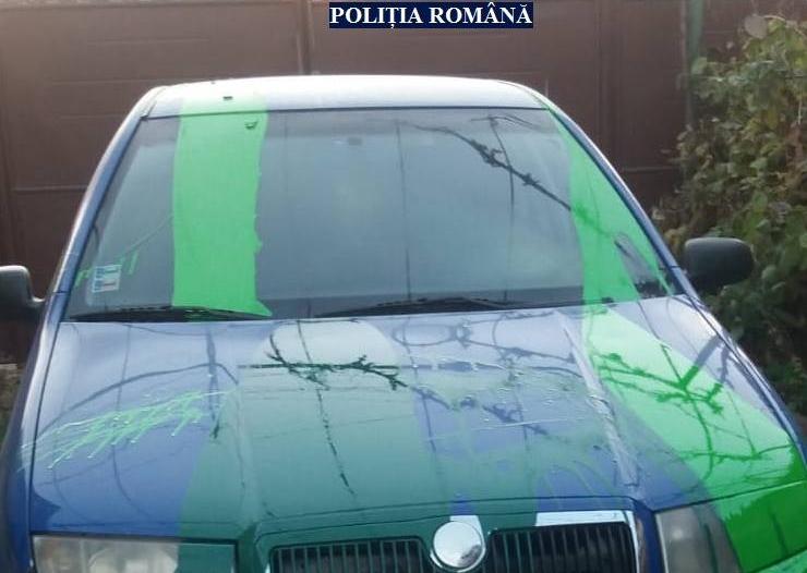 Maşina unui POLIŢIST, DISTRUSĂ din RĂZBUNARE de trei tineri (FOTO)