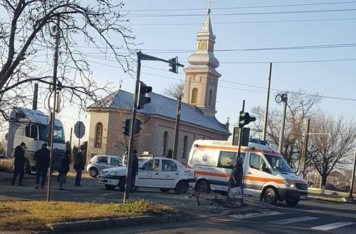 ACCIDENT pe un drum din Arad! Un taxi A LOVIT un biciclist