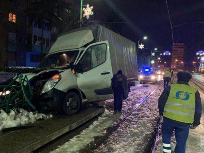 PRĂPĂD pe Calea Romanilor! Un șofer a intrat cu camioneta în stația de tramvai (FOTO)