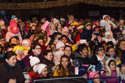 Seară magică pentru copiii arădeni alături de Moș Nicolae! S-au aprins și luminițele din pomul de Crăciun din fața Primăriei (GALERIE FOTO)
