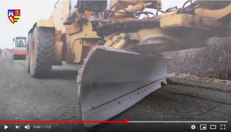 Lucrările la drumul dintre Neudorf și limita cu județul Timiș sunt aproape de finalizare (VIDEO)