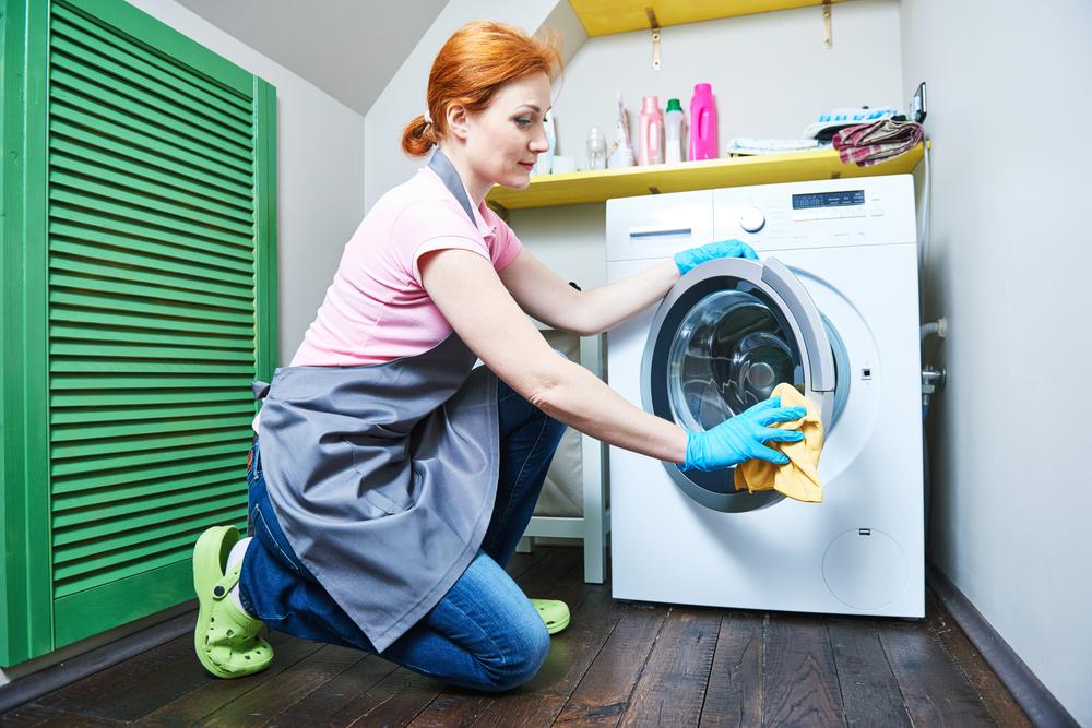 Știai că și mașinile de spălat rufe trebuie spălate și curățate? Află cum să faci asta!