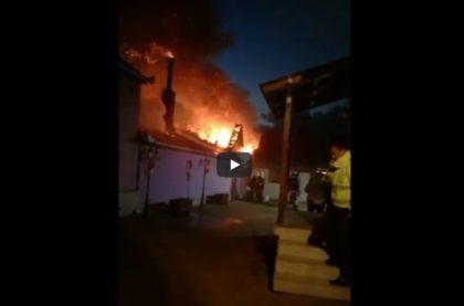 Incendiu DEVASTATOR în judeţul Arad! ARDE o CASĂ, cu tot cu anexă. Gospodăriile vecinilor, ÎN PERICOL (VIDEO) – UPDATE