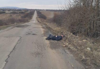 ATENȚIE, ȘOFERI! Bărbat căzut la marginea drumului