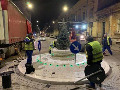 Pe Horia s-a reaprins spiritul Crăciunului! Administrația Falcă a demarat PERSONALIZAREA sensurilor giratorii (FOTO)