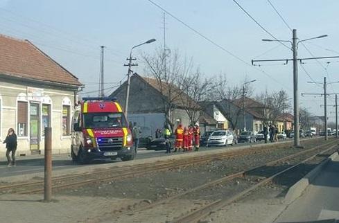 ACCIDENT pe o stradă intens circulată din municipiu: BMW vs. DACIA. Cea din urma s-a IZBIT într-un stâlp
