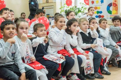 Elevii arădeni vor învăța cum să aibă o igienă orală corectă de la experții din cadrul Colgate România și voluntarii Crucii Roșii Române