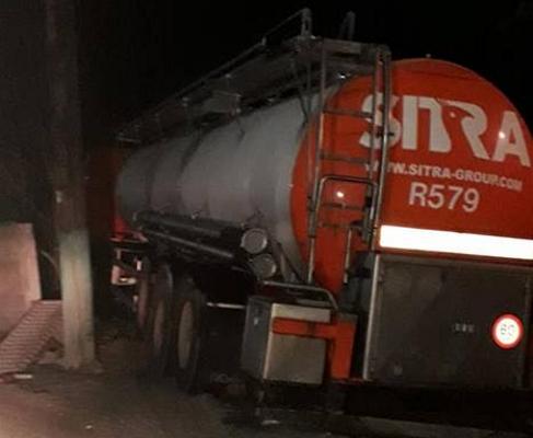 PRĂPĂD în centrul unei localităţi arădene: Un şofer a intrat azi-noapte cu autocisterna într-o gospodărie (FOTO)