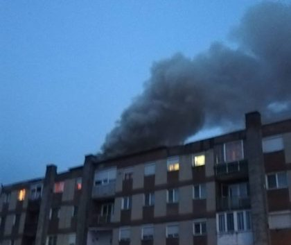INCENDIU într-un BLOC din Sebiş! Intervenţie DIFICILĂ a pompierilor, PANICĂ printre locatari (GALERIE FOTO)