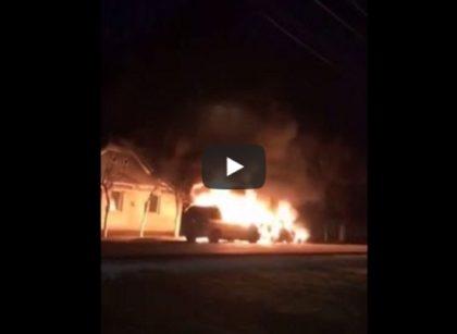 NEWS ALERT/ Caz CIUDAT: Un Mercedes și un Volkswagen, ARSE în TOTALITATE! Focul a fost pus de proprietar (VIDEO)