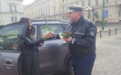 Rutieriștii le-au împărțit astăzi flori participantelor la trafic