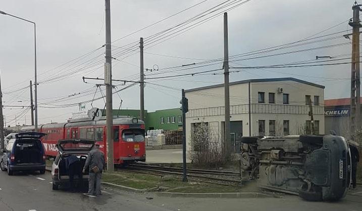 ACCIDENT RUTIER în municipiu! În urma impactului o mașină S-A RĂSTURNAT
