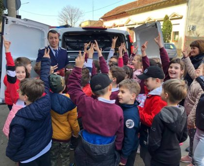 Sute de copii în vizită la IPJ Arad, de Ziua Poliției Române