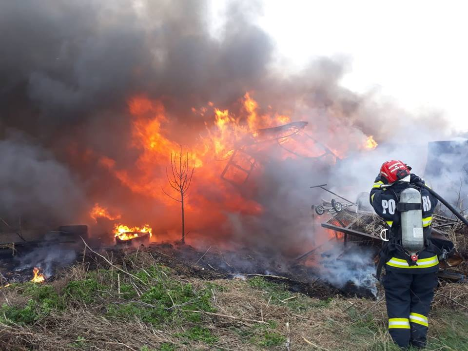 NEWS ALERT/ Incendiu DEVASTATOR la o FERMĂ din Arad (FOTO)