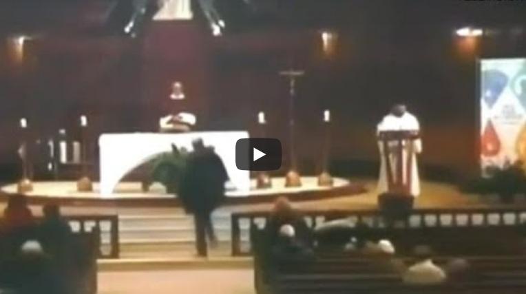 VIDEO ŞOCANT: Un preot a fost ÎNJUNGHIAT de un tânăr român, în timp ce predica la altar