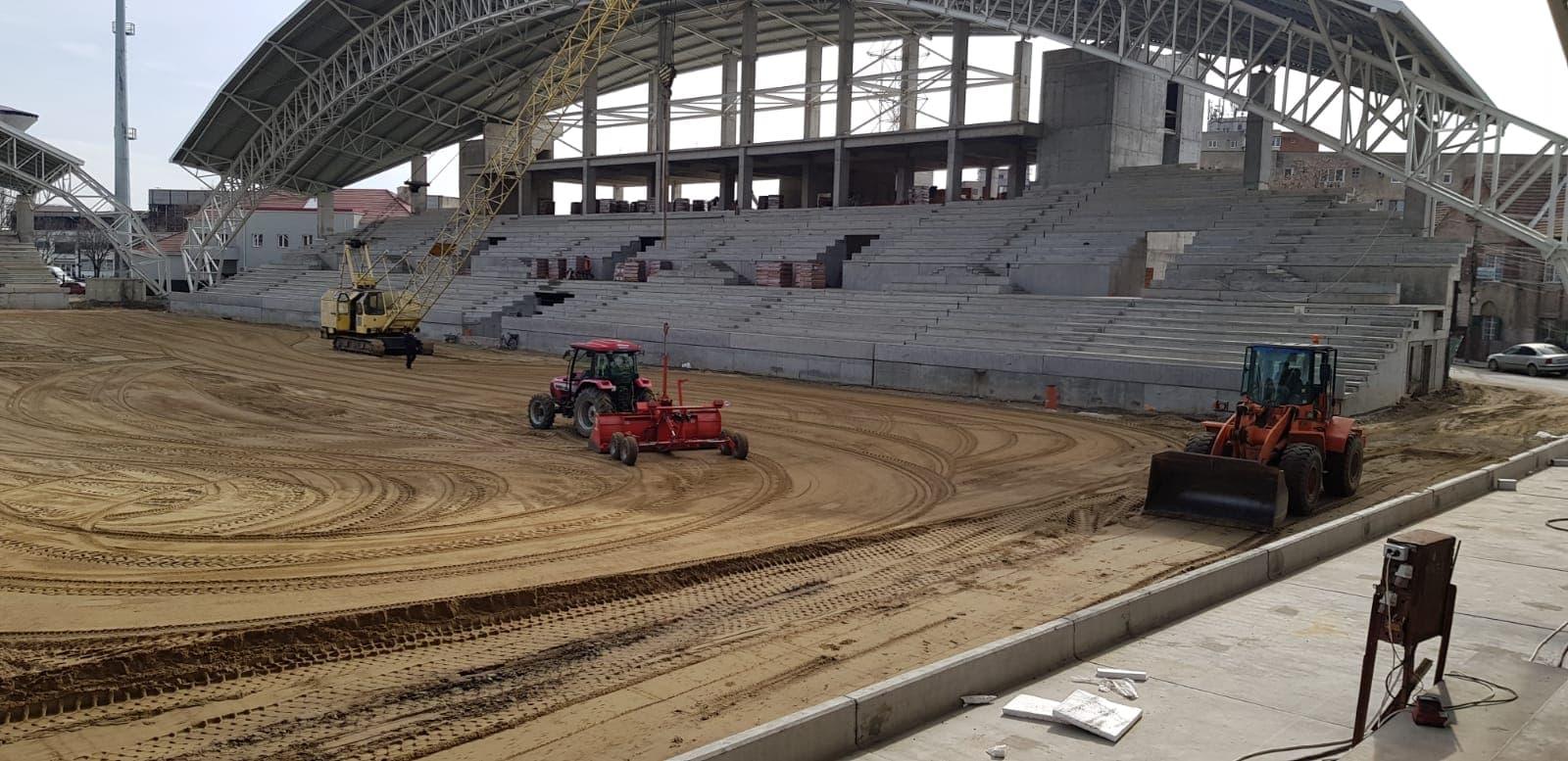 Arădenii, nemulțumiți de reluarea lucrărilor la stadion: Dacă-i dădeau pace, se înierba mai repede